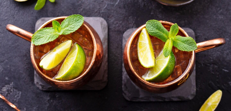 Zwei Drinks von oben mit Minzblättern und Limettenstücken
