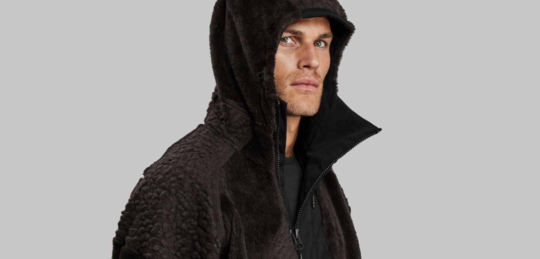 Mann im schwarzen Ice Age Fleece von Vollebak