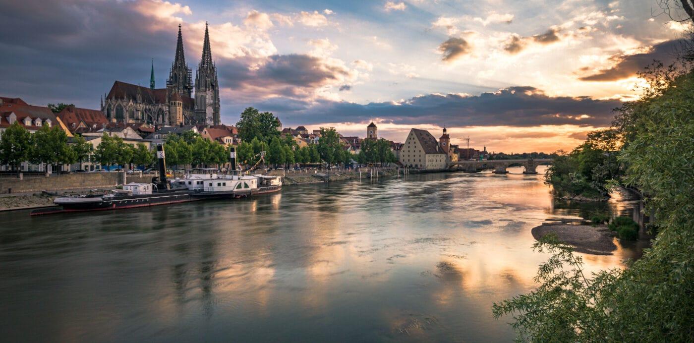 Die Donau mit Blick vom Ufer aus auf Regensburg