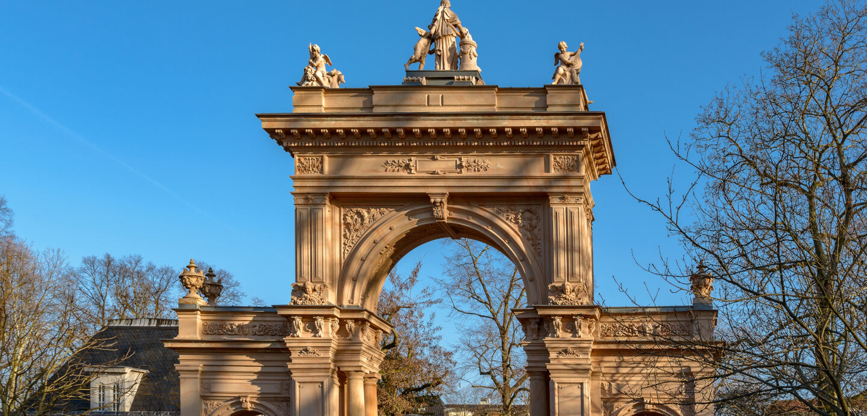 Das Tor des Bürgerparks Pankow im Herbst