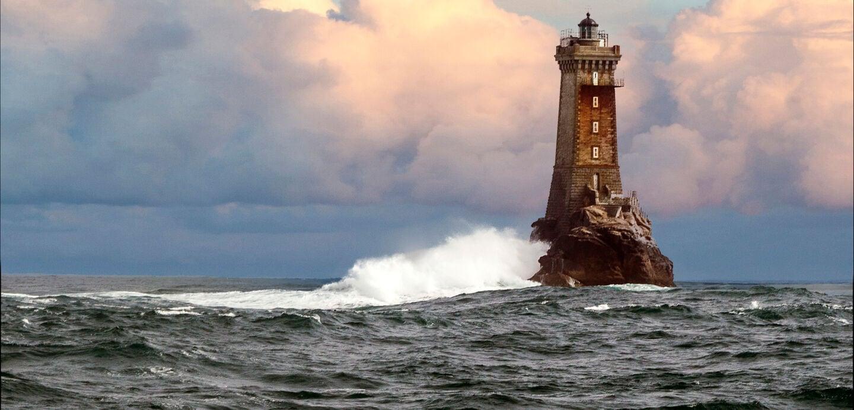 Ein Leuchttum im stürmischen Meer