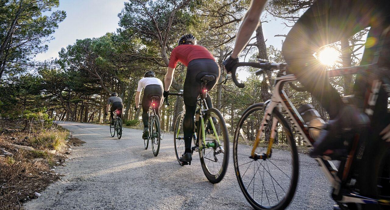Vier Fahrradfahrer, die mit einem Radar ausgestattet sind