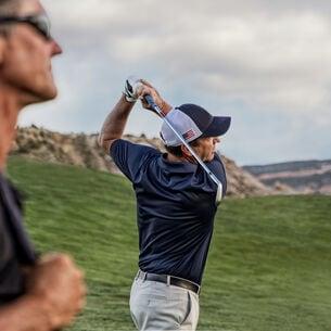 Zwei Golfer auf einem hügeligen Fairway