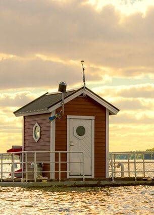 Ein kleines Haus das auf einem See schwimmt