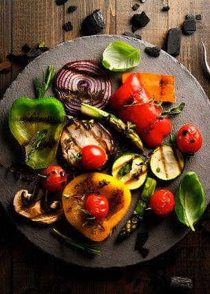 Buntes Gemüse vom Grill liegt auf einem Teller